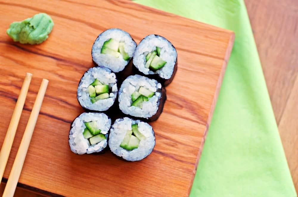 רול סושי צמחוני עם אבוקדו
