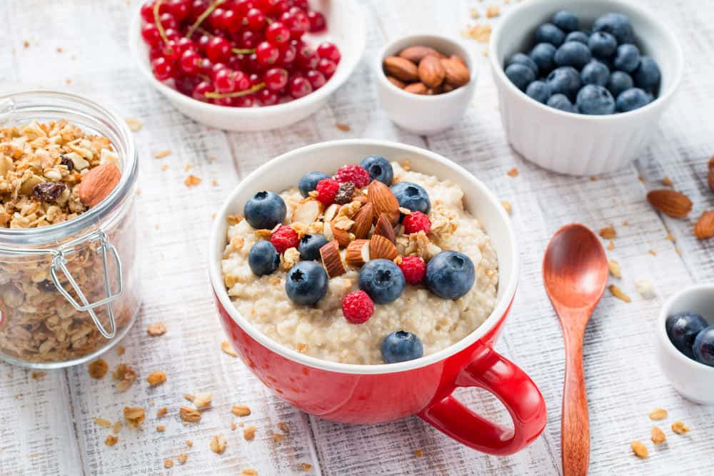 ארוחת בוקר בריאה עם קוואקר, חלב שקדים, שקדים ופירות טריים