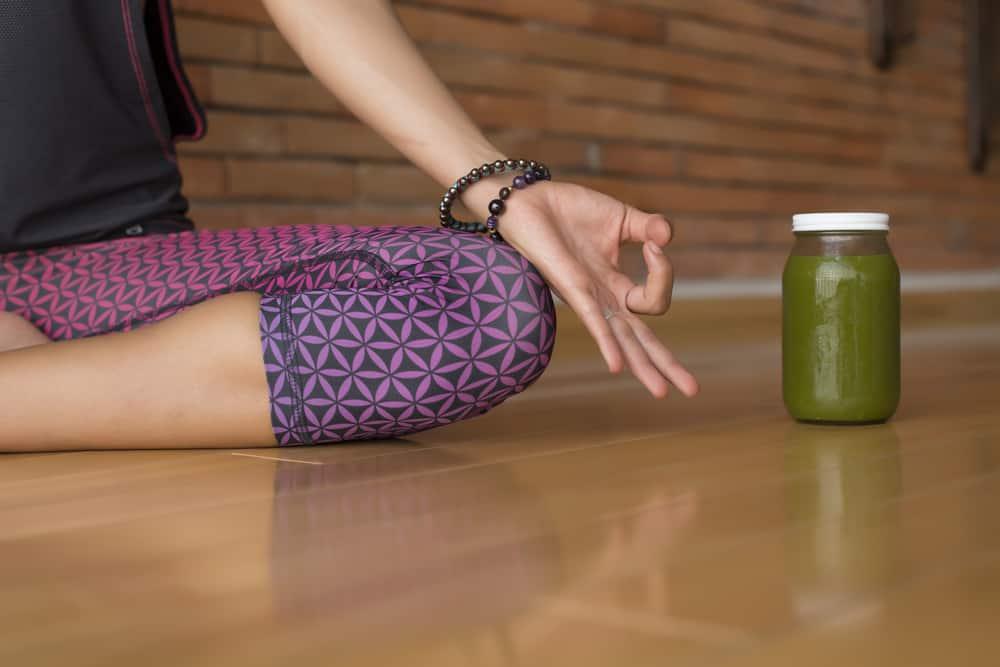 תרגול יוגה ושייק ירוק