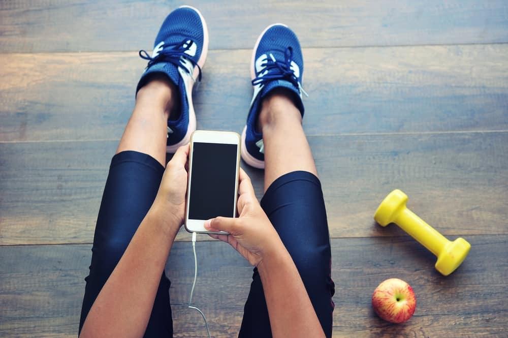 בחורה עושה ספורט בטייץ ונעלי ספורט