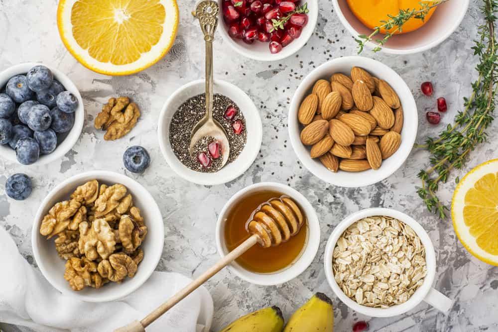 דבש, שקדים, זרעי צ'יה, גרעיני רימון, קוואקר, בננה, תפוז
