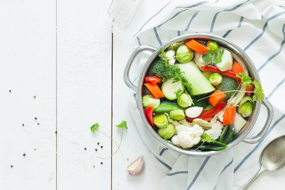 מרק ירקות צמחוני טבעוני בסיר בישול