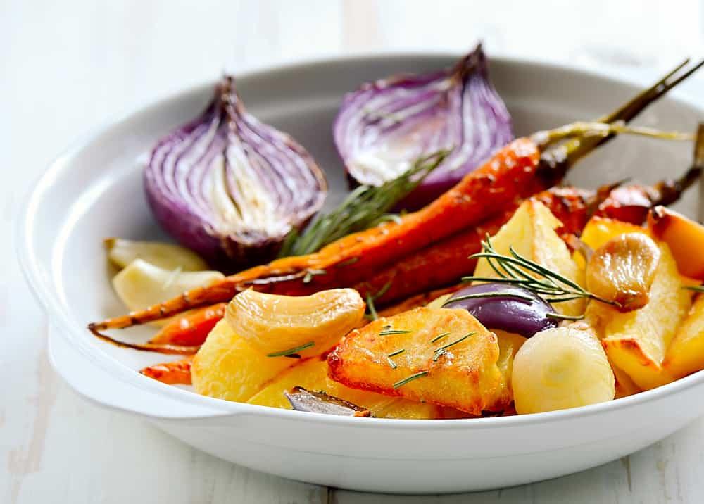 ירקות קלויים בשמן זית ועשבי תבלין