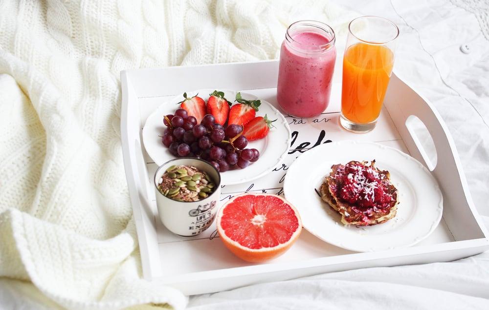 ארוחת בוקר במיטה, מיץ פירות, שייק, גרנולה, פירות ופנקייקס מקמח כוסמין