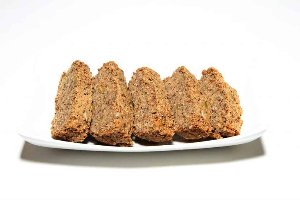 לחם שקדים וכוסמת עם גרעינים, סיבים תזונתיים וזרעי צ'יה