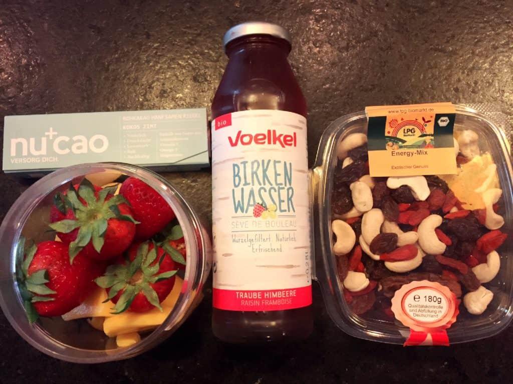 נשנושים בריאים, מיץ צימוקים, פירות טריים, שוקולד רואו ומיקס אגוזים ופירות יבשים