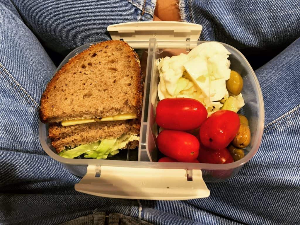 ארוחה בריאה בקופסא, כריך טבעוני, ירקות חתוכים, כרוב, עגבניות שרי וזייתים ירוקים