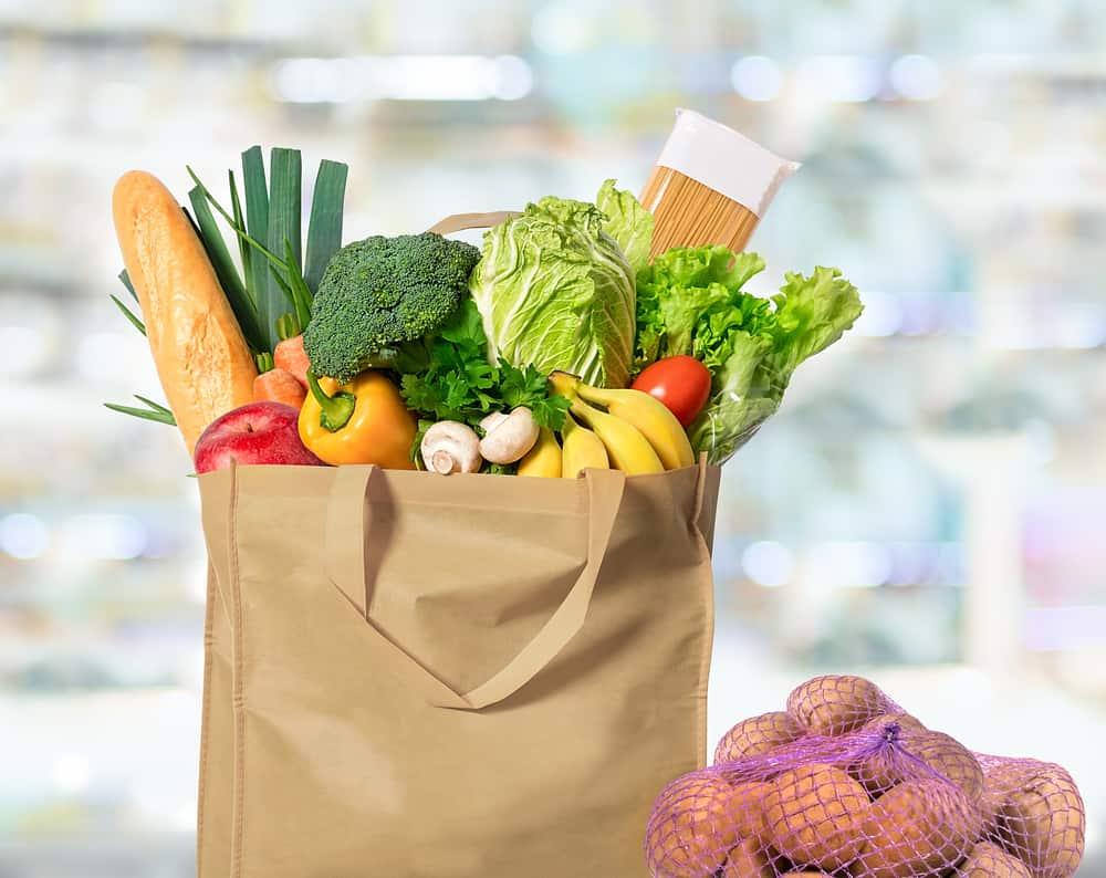 שקית קניות עם ירקות טריים ופירות אורגניים