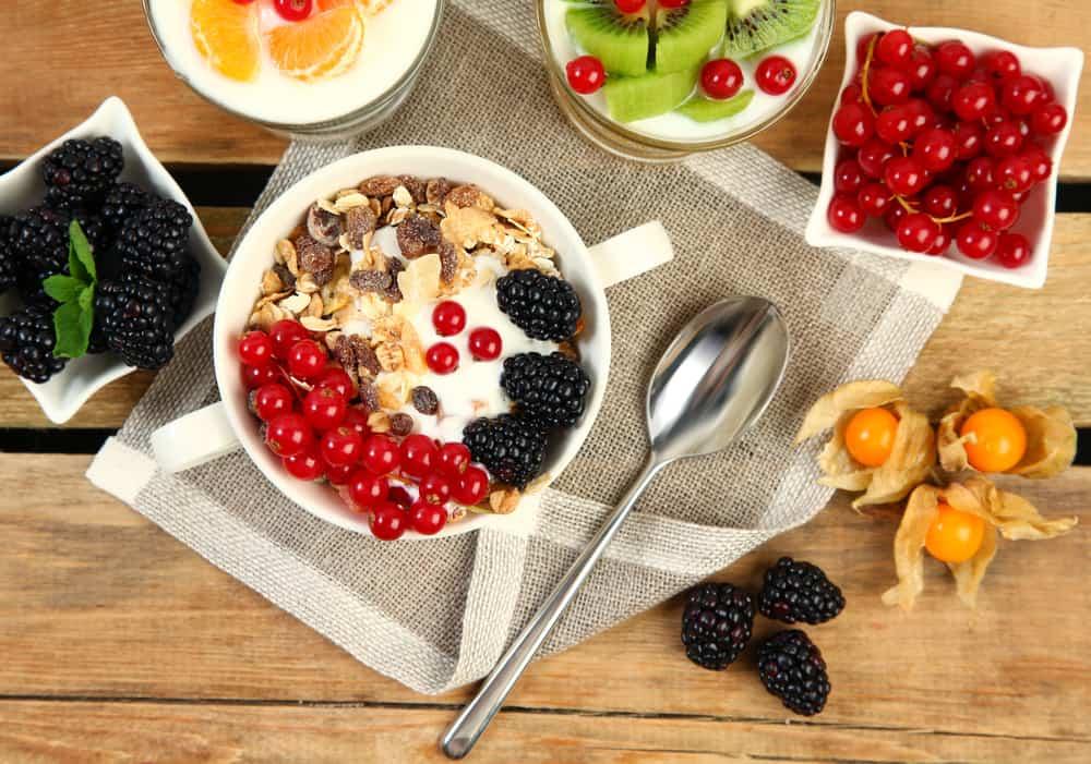 דגנים ופירות בריאים לארוחת בוקר