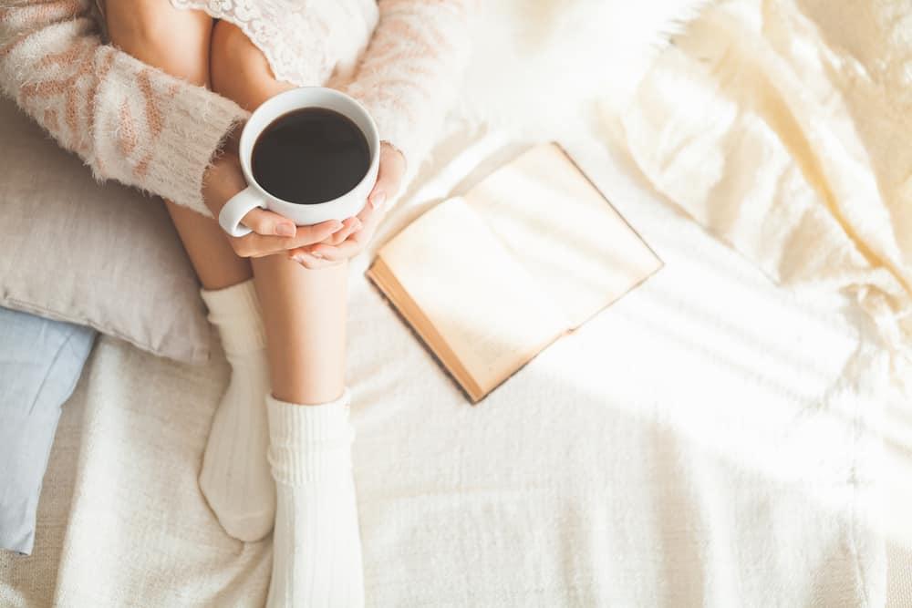 קפה וספר במיטה בחדר השינה