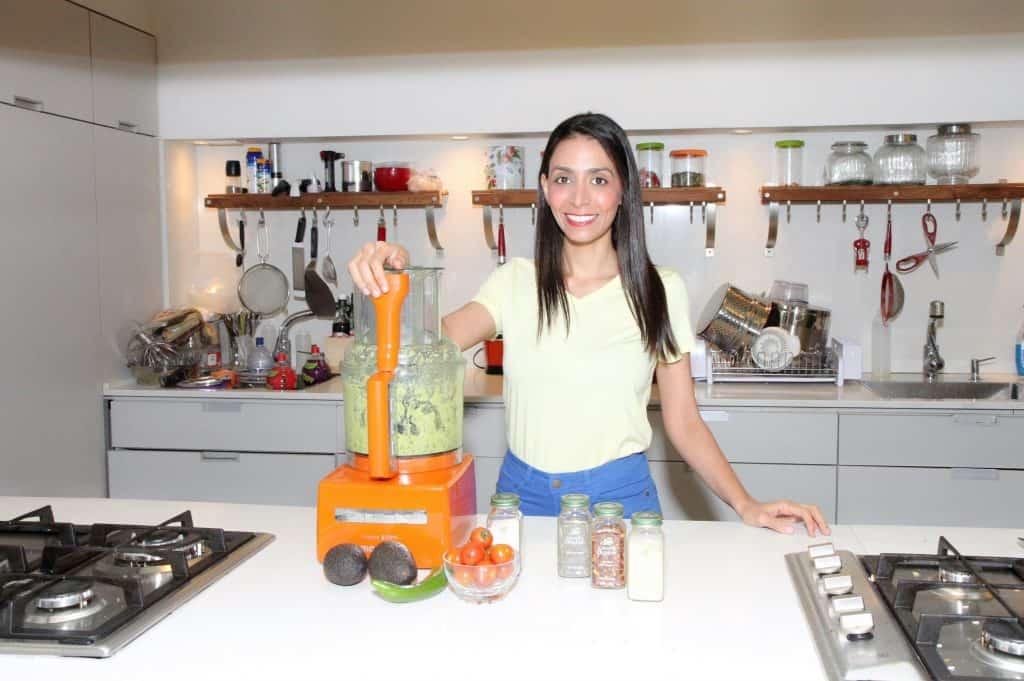 טלי מחלב מכינה רוטב אבוקדו במעבד מזון