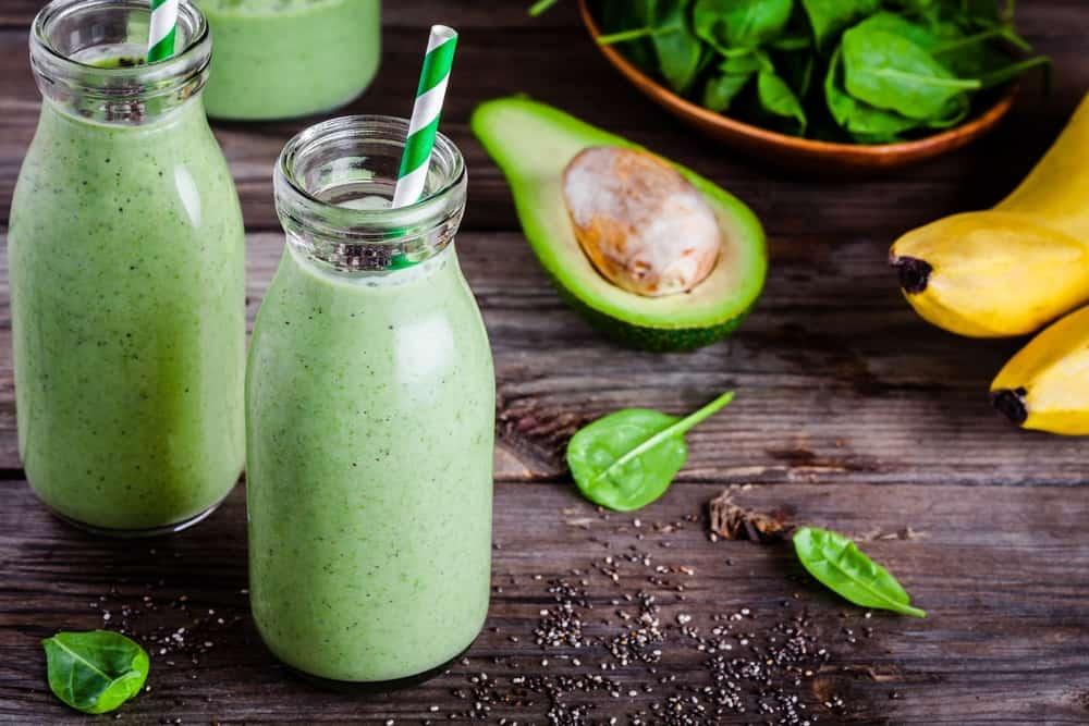 סמודי ירוק בריא עם בננה, אבוקדו, תרד וזרעי צ'יה