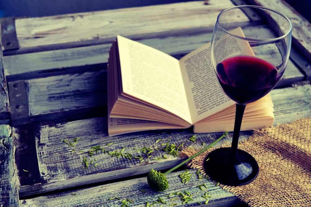 כוס יין אדום וספר