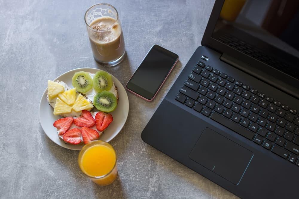 ארוחת בוקר בריאה לצד סמרטפון ולפ טופ