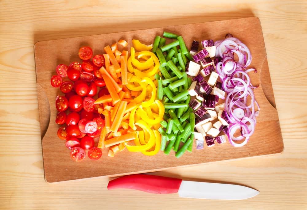 ירקות חתוכים על קרש חיתוך
