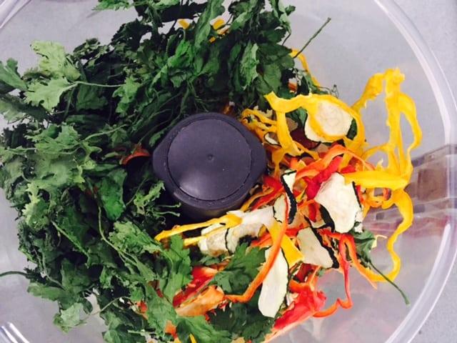 ירקות מיובשים במעבד מזון