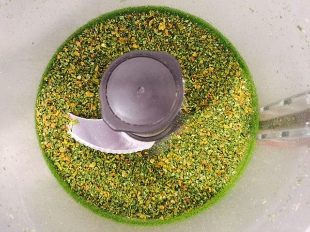 ירקות מיובשים טחונים לאבקת מרק במעבד מזון