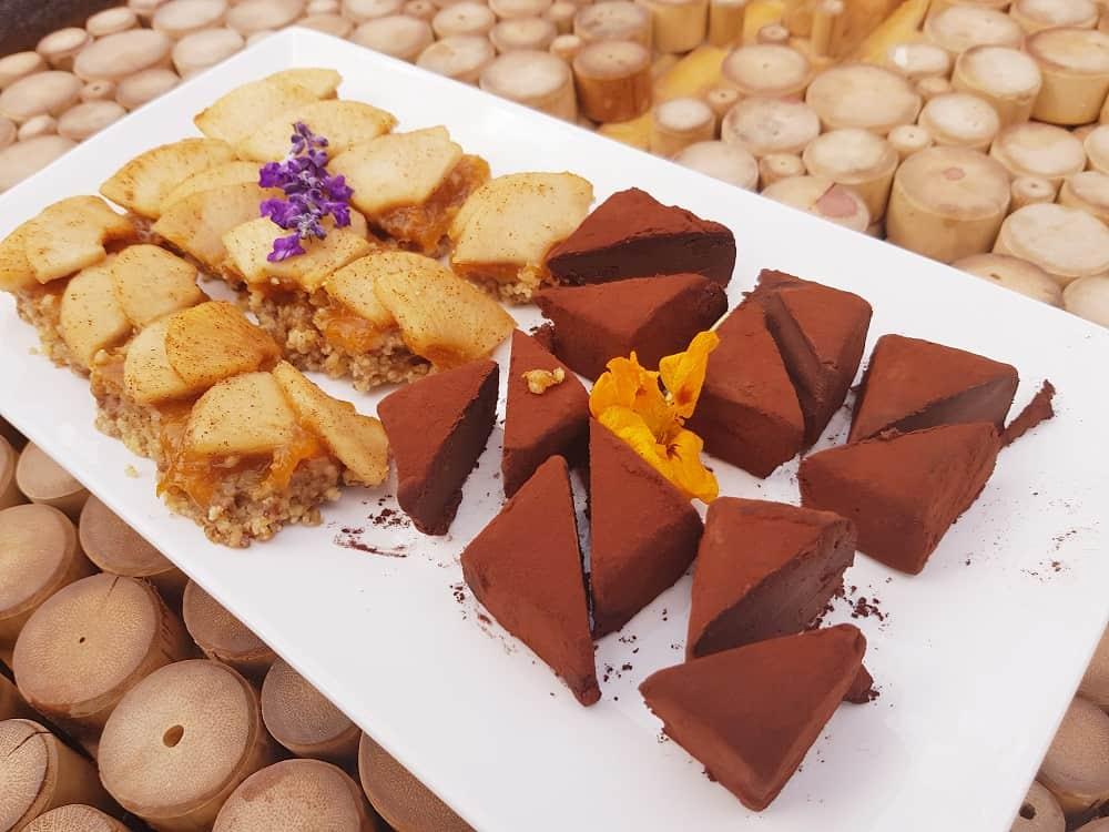 עוגת תפוחים וטראפלס שוקולד מריר