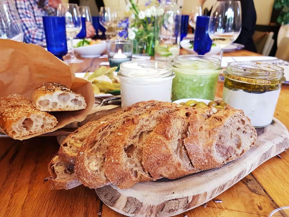 לחם מחמצת וממרחים טבעוניים