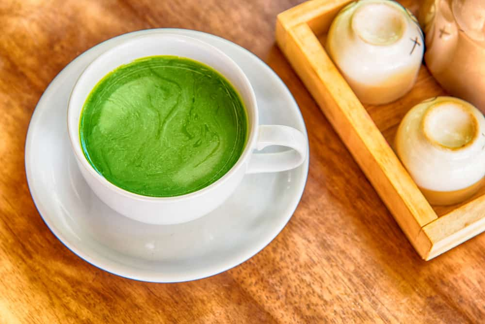 תה ירוק עם אבקת מאצ'ה