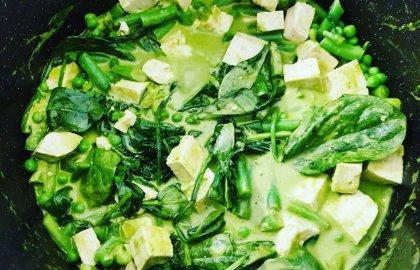 """תבשיל טופו וירוקים בקרם קארי ירוק – מתוך """"לחיות טוב יותר"""" עם מיכל צפיר, רדיו תל אביב"""